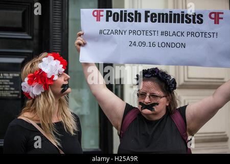 London, UK. 24. September 2016. Polnische Frauengruppen und Unterstützer versammeln sich vor der polnischen Botschaft - Stockfoto