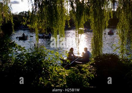Barcelona, Katalonien, Spanien. 24. Sep, 2016. Die Menschen genießen Freizeitboote in Ciutadella Park von Barcelona. © Jordi Boixareu/ZUMA Draht/Alamy Live-Nachrichten