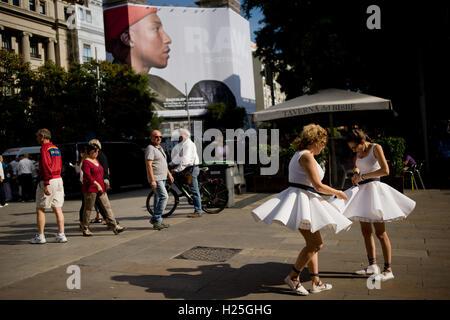 Barcelona, Katalonien, Spanien. 25. September 2016. In Barcelona bekommen Straßen zwei Darsteller bereit Momente - Stockfoto