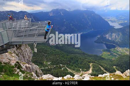 Touristen auf fünf Finger wohl spektakulärste Aussichtsplattform der Alpen. Über einen Abgrund von ca. 400 m (1200 - Stockfoto