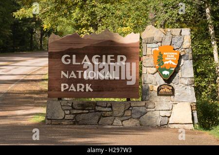 Die Sonne trifft ein Zeichen markieren den Eintrag zum Glacier National Park - Stockfoto