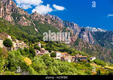 OTA-Stadt mit den Bergen im Hintergrund in der Nähe von Evisa und Porto, Korsika, Frankreich. - Stockfoto
