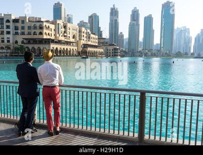 Zwei stilvolle Männer schauen Sie sich die Ansicht in Downtown Dubai - Stockfoto