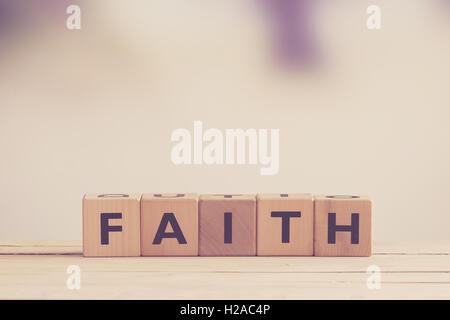 Glaubens-Zeichen Holz in matten Tönen - Stockfoto