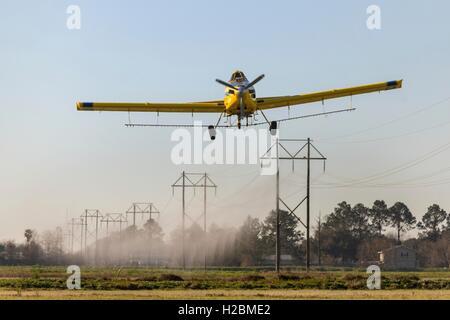Eine Antenne Sprühflugzeug sprüht ein Feld im ländlichen Eunice, Louisiana. - Stockfoto