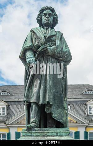 Statue von Ludwig van Beethoven, Münsterplatz, Bonn, Nord Rhein Westfalen, Deutschland - Stockfoto
