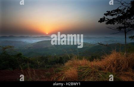 Landschaft nach Osten in Richtung der Grenze mit Guinea bei Sonnenaufgang aus Eisenerz Bergbau Projekt während der - Stockfoto