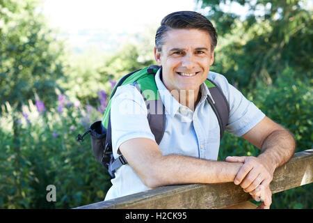 Porträt von reifer Mann Wandern In Natur - Stockfoto