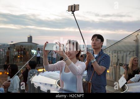 Touristen nehmen Selfie auf den Arc de Triomphe, Paris, Frankreich - Stockfoto