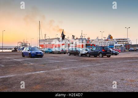 Fähren von verschiedenen Fluggesellschaften im Passagier Hafen von Rafina. - Stockfoto