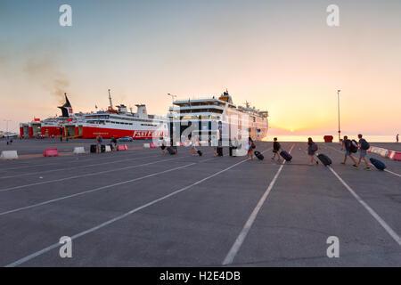 Touristen in Passagier Hafen von Rafina. - Stockfoto