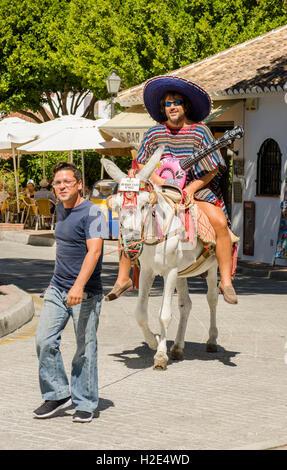 Touristische Dresssed als mexikanische machen Esel reiten in spanischen weißen Dorf, Mijas, Andalusien, Spanien. - Stockfoto