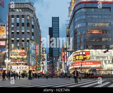 Kabukicho Kreuzung bei Einbruch der Dunkelheit, Shinjuku, Tokio, Japan - Stockfoto