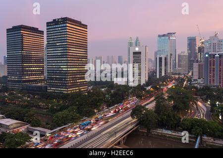 Sonnenuntergang über Jalan Sudirman, eines Jakarta Hauptstraße, die durch Indonesien Hauptstadt Geschäftsviertel - Stockfoto