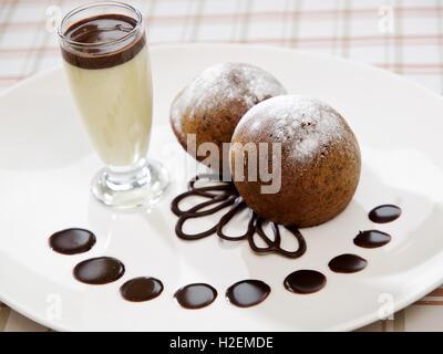 zwei frisch gebackenen Brownie-Art Biskuit - Stockfoto