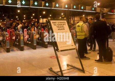 Brighton, UK. 27. September 2016. Eine Zeichen-Ankündigung im Bahnhof von Brighton von RMT Union des geplanten Arbeitskampf - Stockfoto