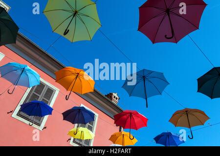 Regenschirm-Straße in der Küstenstadt Stadt Novigrad auf der Halbinsel Istrien in Kroatien. - Stockfoto