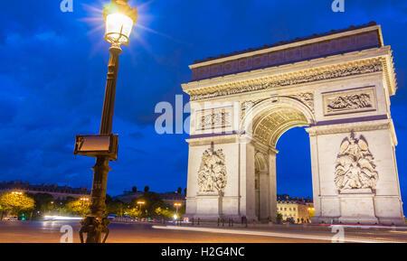 Der Triumphbogen ist auf der das berühmte Denkmal in Paris.It steht in der Mitte des Ortes, Charles de Gaule, an - Stockfoto