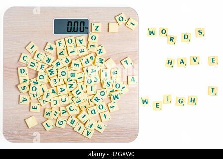 Das Brettspiel mit Fliesen mit Buchstaben, Wörtern und Sätzen - Stockfoto