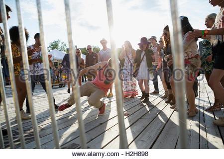 Publikum beobachten junger Mann Breakdance an Sommer-Musikfestival - Stockfoto