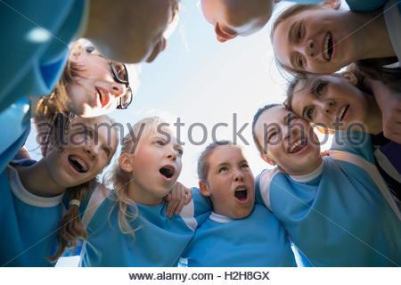 Ermittelten Mittelschule Mädchen Fußballmannschaft im huddle - Stockfoto