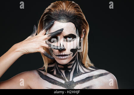 Frau mit furchterregenden Halloween Make-up auf schwarzem Hintergrund - Stockfoto