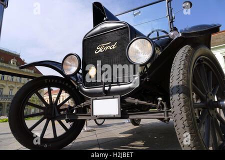 Ford Modell T von 1921 geparkt auf dem Stadtplatz - Stockfoto