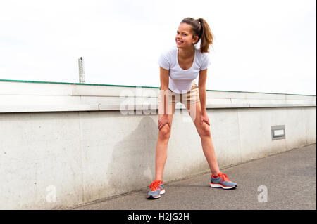 Konzentrierte sich Läufer im Freien mit Lächeln ruht - Stockfoto
