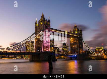 Lichter und Boote erfasst in der Abenddämmerung in einer langen Belichtungszeit der Tower Bridge, London, UK - Stockfoto