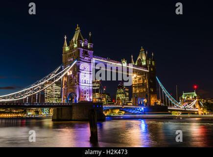 Lichter, Boote und Sterne eingefangen in einer langen Belichtungszeit der Tower Bridge, London, UK - Stockfoto