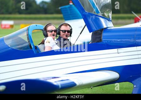 Kings Cup-Air-Race-Pilot und Navigator bereiten Luftrennen in einem Flugzeug Vans RV-6 am Shobdon September 2016 - Stockfoto