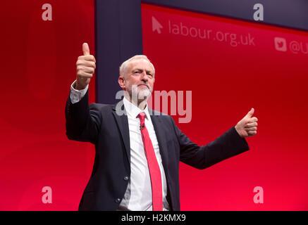 Labour-Chef, Jeremy Corbyn gibt die Daumen nach oben nach seinem Keynote-Vortrag auf der Konferenz der Labour-Partei - Stockfoto