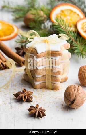 Nahaufnahme von selbst gemachter Butter Muttern sternförmigen Kekse mit Zuckerguss, Kiefer, Orangenscheiben, Zimt, - Stockfoto