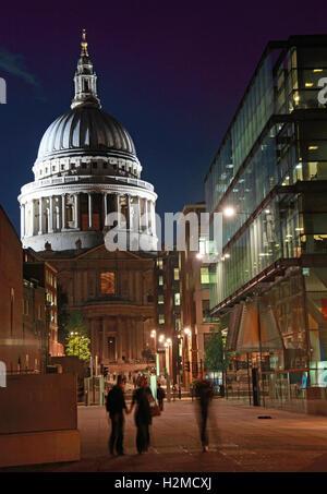 St Pauls Cathedral London in den späten Abend, Nacht-Menschen - Stockfoto