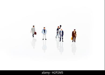 Miniatur-Mann in einer Zeile - Stockfoto