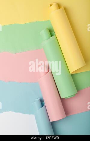 Reißen Sie in farbige Papiere enthüllen weißen Hintergrund unter