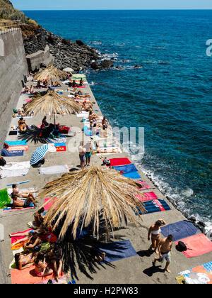 Menschen genießen Sie den Sommer Wetter schwimmen gehen in den Atlantischen Ozean vor der felsigen Strand Jardim do Mar Stockfoto