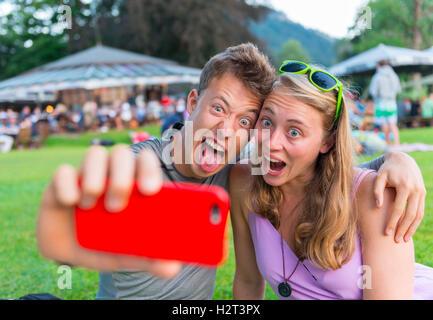 Junger Mann und junge Frau Grimassen, Foto mit Handy, Selfie, Bayern, Deutschland - Stockfoto