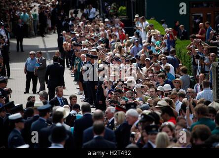 Königin Elizabeth II. Teilnahme an Wimbledon zum ersten Mal in 33 Jahren Wimbledon Championships 2010, Wimbledon, Großbritannien