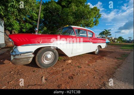 TRINIDAD, Kuba - 31. Mai 2011: American Vintage Auto sitzt geparkt auf einer braunen Dreck Einfahrt am Rande der - Stockfoto