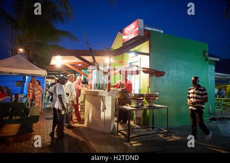 Barbados Oistins Roslin Fisch grillen hängen Essen Essen Küstenstadt Kirchengemeinde Christuskirche Fischen Dorf - Stockfoto