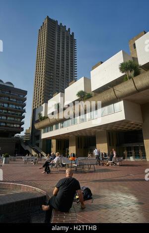 Das Barbican Centre, London.   Moderne Architektur.   Brutalismus.   Betonbauten. - Stockfoto