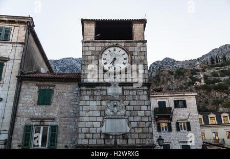 Eine Nahaufnahme, die Clcok in der Altstadt von Kotor im Laufe des Vormittags - Stockfoto