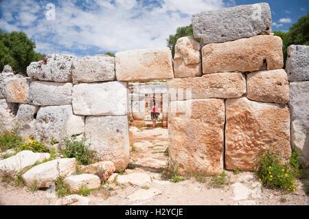 Frau-Tourist in prähistorische Monument in der alten Stadt von talayotischen Zeiten im X. Jahrhundert vor Christus - Stockfoto
