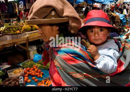 Eine Mutter und ihr Sohn gekleidet in traditioneller Tracht in Pisac Sonntag Markttag. Pisac. Heiliges Tal. Pisac - Stockfoto
