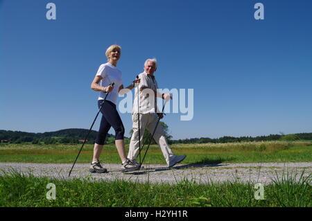 Jung und alt, Nordic Walking im Allgäu - Stockfoto