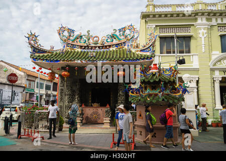 Touristen vor einem chinesischen Tempel, Choo Chay Keong Tempel in George Town, Penang, Malaysia - Stockfoto