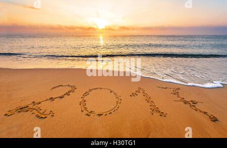 Neue Jahr 2017 ist kommenden Konzept. Glückliches neues Jahr 2017 ersetzen 2016 Konzept am Meeresstrand - Stockfoto