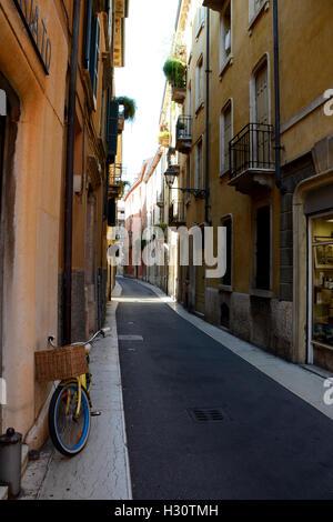 Verona, Italien - 3. September 2016: Fahrrad mit Weidenkorb auf schmalen Straße in Verona, Italien. - Stockfoto