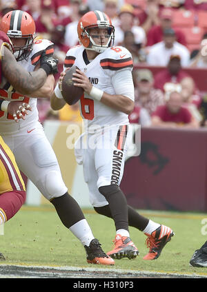 Landover, Maryland, USA. 2. Oktober 2016. Cleveland Browns quarterback Cody Kessler (6) sieht für einen Empfänger - Stockfoto